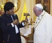 """Vaticano perplexo com o presente de """"crucifixo comunista"""" da Bolívia ao Papa Francisco"""