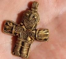 """Cruz de mais de 1000 anos de idade descoberta na Dinamarca """"é a mais clara evidência da ampla difusão do cristianismo no país"""""""